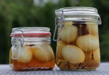 Nakladané vajíčka v dvoch fľašiach