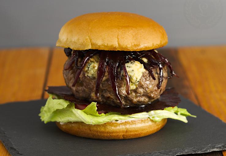 Hamburger so zlatou Nivou, karamelizovanou cibuľou a sušeným kečupom