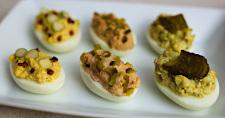 Zmes rôznych plnených vajec