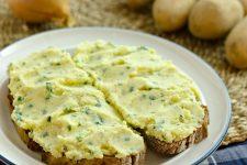 Chlieb pomastený zemiakovou pomazánkou Kartoffelkäse
