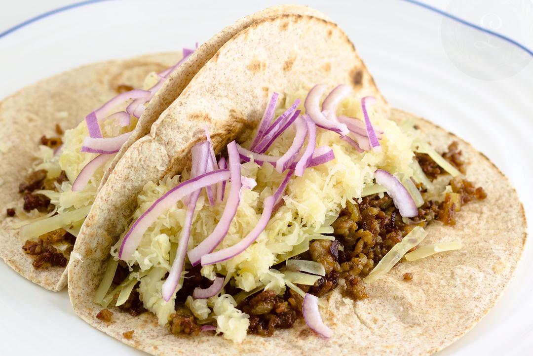 Taco s mletým bravčovým, kyslou kapustou a červenou cibuľou